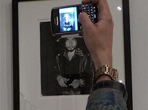 Z newyorské výstavy Smash His Camera fotografa Rona Gallely