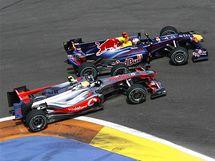 Lewis Hamilton se na trati Velk� ceny Evropy pokou�� p�edjet Sebastiana Vettela