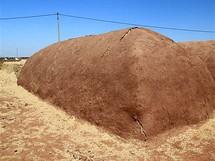 Neděle 20.06. Pod hliněnou krustou se skladuje sláma-krmení pro dobytek a společně s hlínou tradiční stavební prvek
