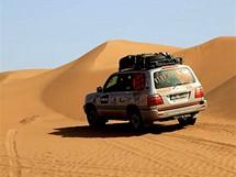 Úterý 22.6. Doprovodná auta si hledají cestu v písečných dunách