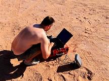 Středa 23.06. V poušti není GSM signál, dnes odesíláme fotky a repo do idnes přes satelit