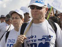Rodiče uneseného vojáka Šalita. Davy Izraelců je doprovázejí na pochodu židovským státem. (27. června 2010)