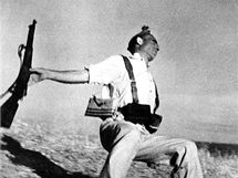 Republikán Federico Borrel García padá k zemi, zasažen nepřátelskou kulkou na frontě v Cerro Muriano. (5. září 1936)