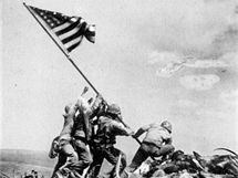 Vztyčení americké vlajky na hoře Suribachi během boje u Iwo Jima v Japonsku. (23. února 1945)