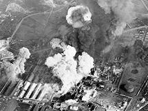 Bombardování chemické továrny v severokorejském Wonsanu. (červenec 1950)