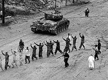 Američané vedou zajaté Korejce. (září 1950)