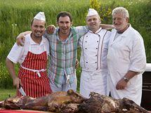 Manu a řeznický tým, který připravil vynikající pečená selátka - jedno domácí, druhé divoké.