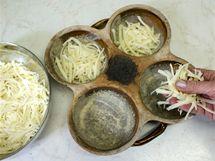 Na dno každého hrnečku rozprostřete malou hrst nahrubo nastrouhaného tvrdého sýra, nejlépe eidamu.