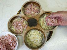 Na sýr rozložte trochu nižší vrstvu krájené šunky nebo kousky zeleniny.