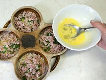 Aby se obě vrstvy spojily, nalijte navrch v každé misce po dvou lžících rozšlehaných vajec.