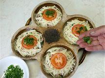 Nahoru rozložte poslední vrstvu sýra, přidejte kolečko rajčete, posypte bylinkami a dejte zapéct.