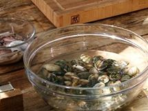 V mističce vlevo očištěné kalamáry, vpravo se ve vodě s hrubou solí čistí srdcovky.