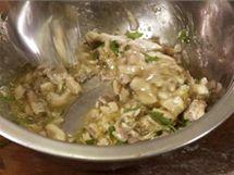Pokrájené ančovičky ochuťte, přidejte pokrájenou petrželku, olivový olej a promíchejte
