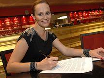 Monika Absolonová při podpisu smlouvy
