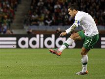 STŘELA. Portugalský kapitán Cristiano Ronaldo pálí na španělskou bránu.