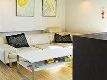 Estetiku interiéru předurčila kombinace světlého dřeva, šedého betonu a bílé omítky