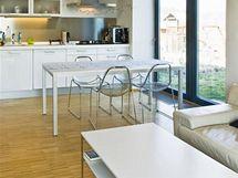 Kuchyňská linka z lakovaných MDF desek má úsporný kompaktní tvar