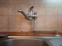 Netradiční přívod vody k myčce a pračce vedený pracovní deskou