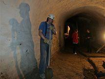 Dělnící dokončují podzemí pod Zelným trhem