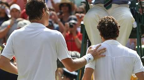 Tomáš Berdych (vlevo) a Roger Federer po čtvrtfinálové bitvě ve Wimbledonu