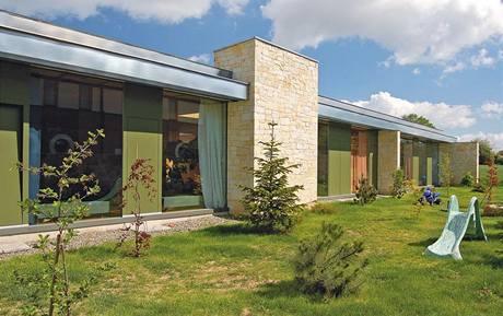 Dům má výrazně horizontální charakter, umocněný zvýrazněnou linií přesahující střechy