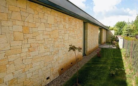 Zdi jsou obloženy pískově zbarvenou opukou z místního lomu