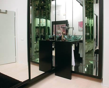 Většinu úložných prostor zajišťují vestavné skříně, jejichž zrcadlová úprava sjednocuje ložnici s ostatními částmi bytu