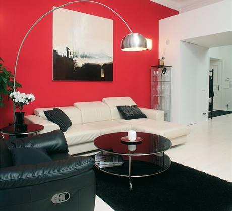 Pro stěnu za sedací soupravou v zájmu celkového barevného oživení bytu uživatelé zvolili temně červenou barvu