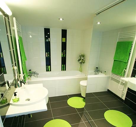 Koupelna je opticky zvětšena posuvným zrcadlem, za kterým se ukrývá úložný prostor včetně pračky