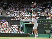Tomáš Berdych podává ve čtvrtfinále Wimbledonu proti Federerovi