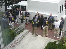 Agenti FBI před domem údajných ruských špionů Donald Heathfielda a Tracey Foleyové v Cambridge (27. června 2010)
