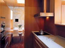 Vybavení interiéru bylo navrženo v jednoduchých geometrických tvarech a vyrobeno na míru