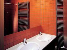 Koupelnu zvětšuje opticky velké zrcadlo
