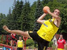 Momentka z pátého ročníku turnaje v plážové házené v Bělé pod Bezdězem.