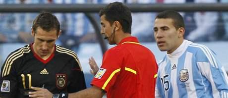 Ravšan Irmatov řeší situaci, kdy německý útočník Miroslav Klose (vlevo) fauloval argentinského záložníka Javiera Mascherana. Přihlíží Nicolas Otamendi (vpravo).