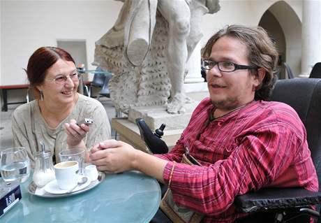Michale Vidura sbližuje svět postižených a zdravých. Nelituje se a o lítost nestojí.
