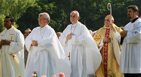 Cyrilometodějskou mši pro patnáct set poutníků sloužil v Mikulčicích kardinál Miroslav Vlk (5. červenec 2010)