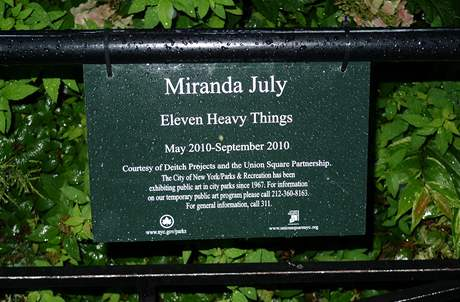 Miranda July: v�stava Eleven Heavy Things na Union Square, New York