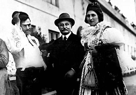 Hudební skladatel Leoš Janáček s manželi Antošem a Marianou Frolkovými na Moravském roku v Brně, 29. června roku 1914