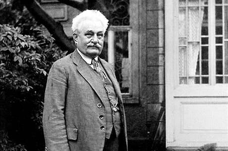 Leoš Janáček na zahrádce před svým brněnským domkem se psíkem Čiperou; 20. května 1926