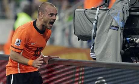 Nizozemský záložník Wesley Sneijder slaví vítězný gól v síti Brazílie