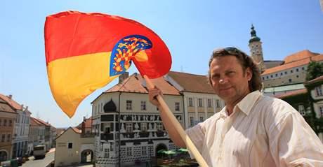 Starosta Mikulova Rostislav Koštial vyvěsí moravskou vlajku k svátku sv. Cyrila a Metoděje.