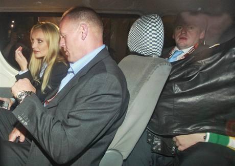 Paris Hilton (vpravo schovaná pod bundou) při odjezdu od jihoafrického soudu. (2. července 2010)