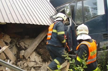 Kamion najel v Albrechticích až do kuchyně jedné z chalup. (2. července 2010)