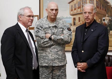 Joe Biden s generálem Ray Odirnem (uprostřed) a americkým velvyslancem Christopherem Hillem. (4. července 2010)