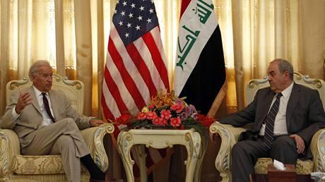 Joe Biden se během své návštěvy Iráku setkal také s tamním dřívějším premiérem Ajádem Alávím. (4. července 2010)
