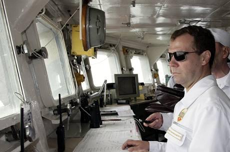 Ruský prezident Dmitrij Medveděv si během své návštěvy cvičení Vostok-2010 prohlédl také loď Petr Veliký. (4. července 2010)