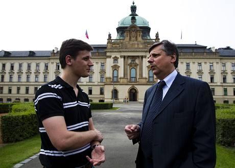 Premiér Jan Fischer se synem Janem.
