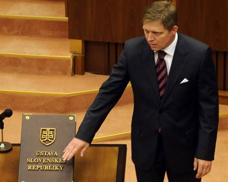 Předseda SMERu Robert Fico skládá poslanecký slib (8. července 2010)