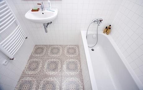 V koupelně je položená orientální dlažba